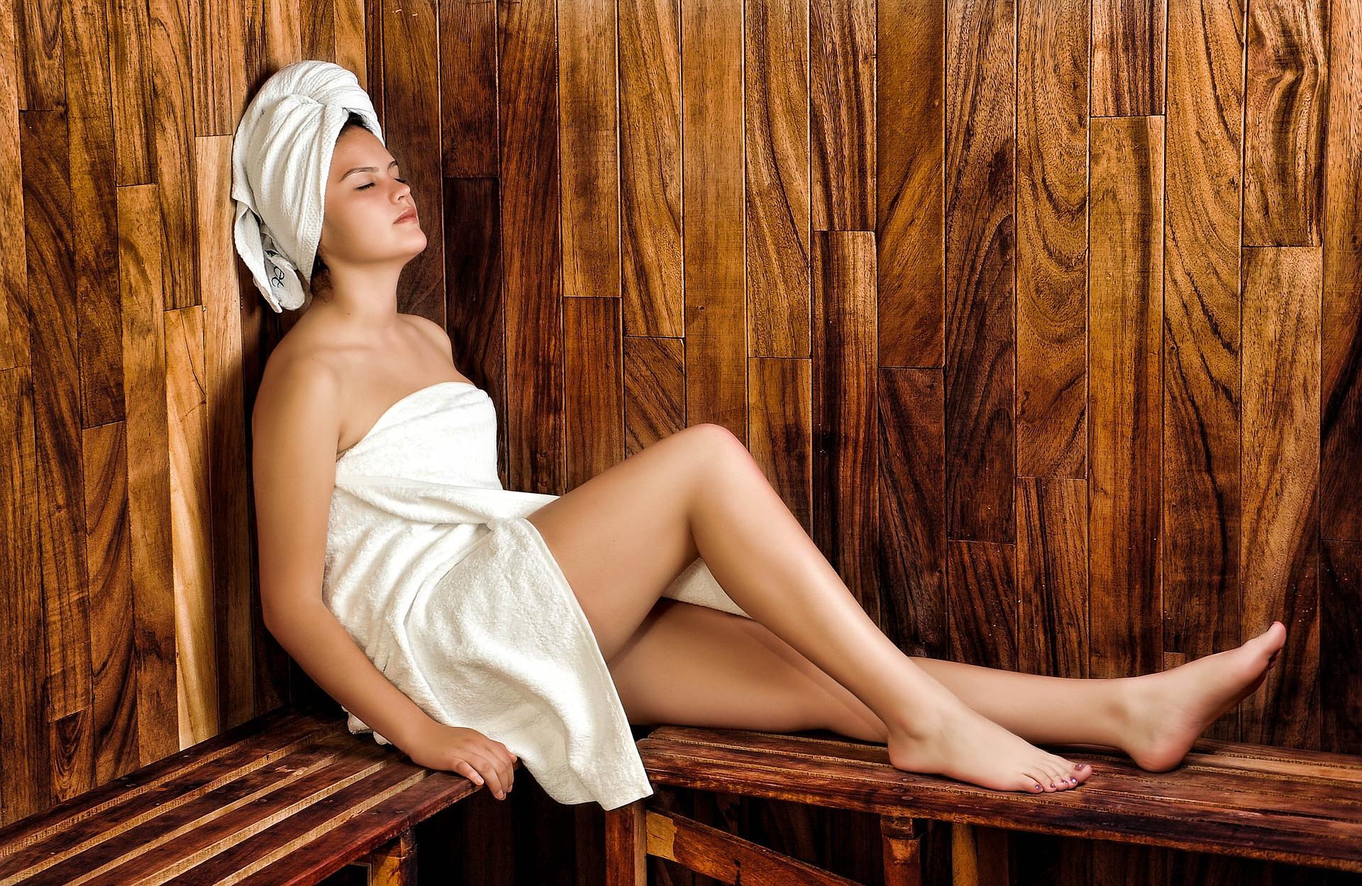 vrouw in sauna wellness